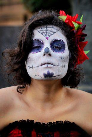 comomaquillarsedecatrina 2 • 2020 » 75 Ideas Geniales de Maquillajes de Catrinas Mexicanas 24