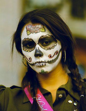 comomaquillarsedecatrina 29 • 2020 » 75 Ideas Geniales de Maquillajes de Catrinas Mexicanas 25
