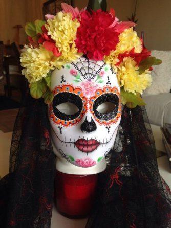 La máscara para la persona el estrechamiento de los tiempos contra los puntos negros